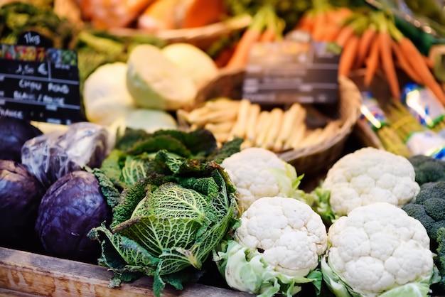 Свежие био овощи на фермерском рынке в страсбурге, франция