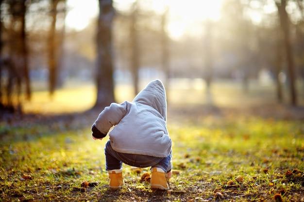 暖かい春の日に野外で遊ぶ幼児男の子