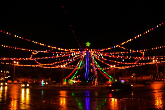 ぼかしの街のクリスマスツリーのライト。