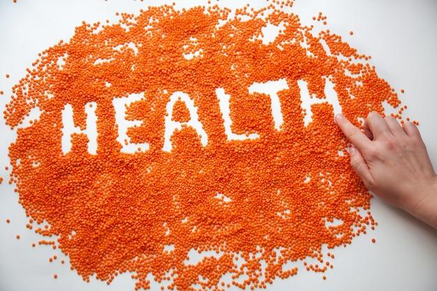白地に赤レンズ豆。健康的な栄養。健康的な生のひき割り穀物。