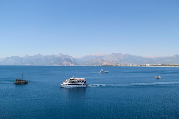 Круизный корабль в средиземном море в летнее время. анталия посмотреть концепцию