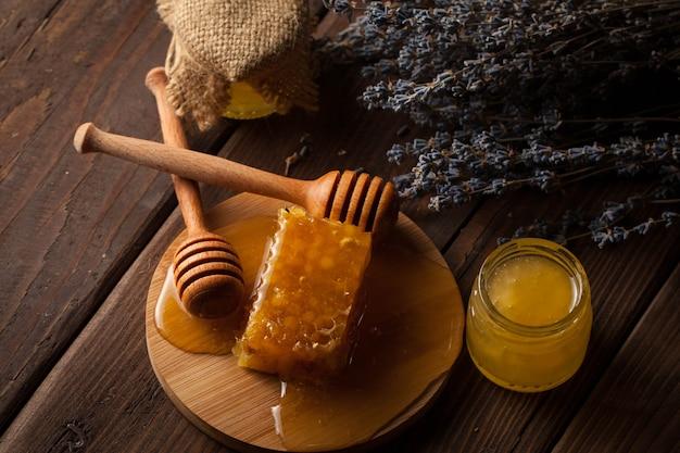 Мед на деревянных фоне.