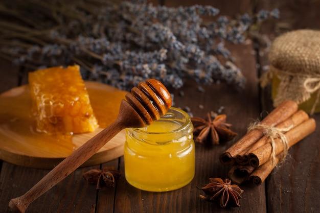 木製の背景に蜂蜜します。