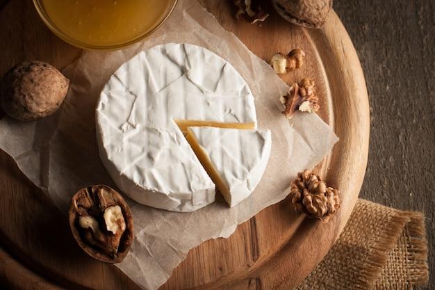 木製の背景にカマンベールチーズ。