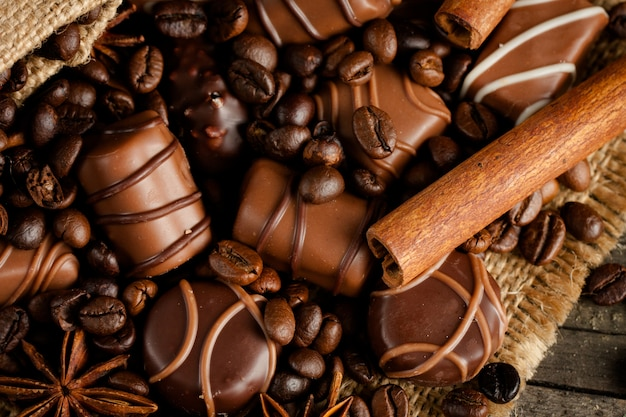 Ассортимент белого, темного и молочного шоколада. шоколад со сливками, орехами, миндалем, фундуком и корицей с кофейными зернами. сладкая еда и без концепции диеты.