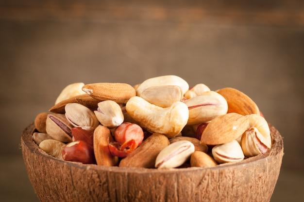 Микс орехов на деревянном столе