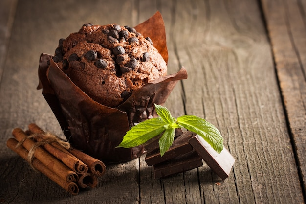 シナモン、アニス、チョコレートと木製のテーブルにミントとチョコレート暗い調理されたマフィン。