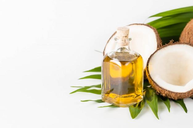 熟したハーフは、木製の背景にココナッツをカットしました。熟したハーフは、木製の背景にココナッツをカットしました。ココナッツクリームとオイル。