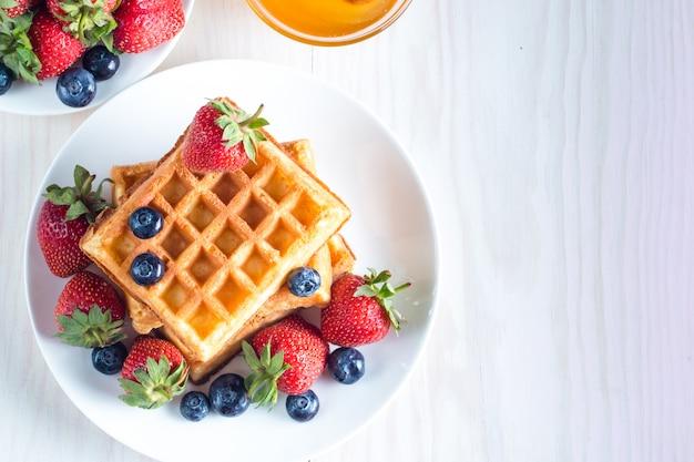 蜂蜜とベリーベルギーワッフルの新鮮な自家製食品