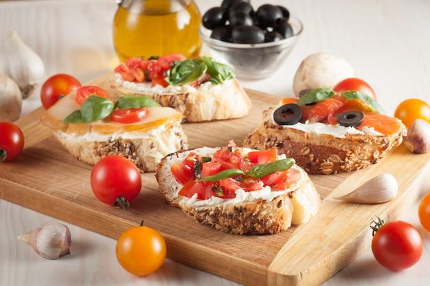 イタリアのトマトとチーズのブルスケッタ