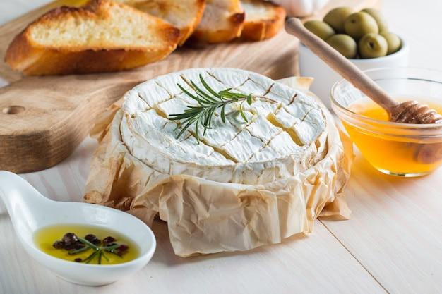 木製の背景にトーストパンとカマンベールチーズ。