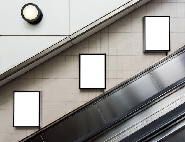 Большие рекламные щиты в метро