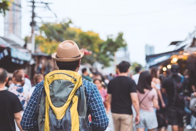 タイのバンコクのチャトチャックマーケットを歩く旅人。