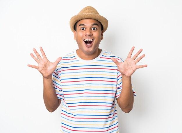 Азиатский человек чувствует себя счастливым праздновать на белой стене