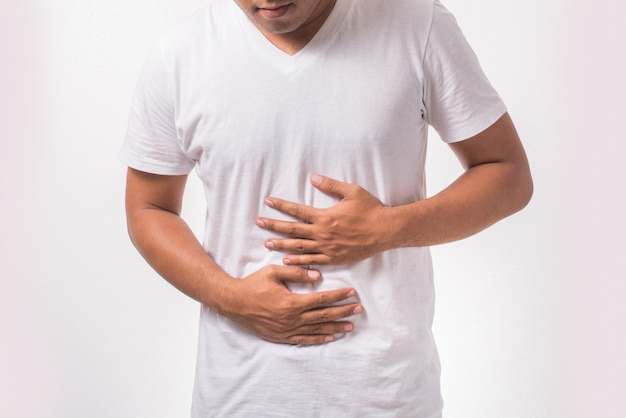 胃痛を持つ若い男
