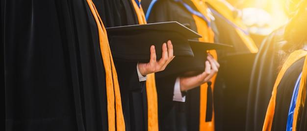帽子をかぶって大学院を閉じます。大学における概念成功教育