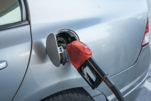 ガソリンスタンドで車のガソリン燃料をポンプ