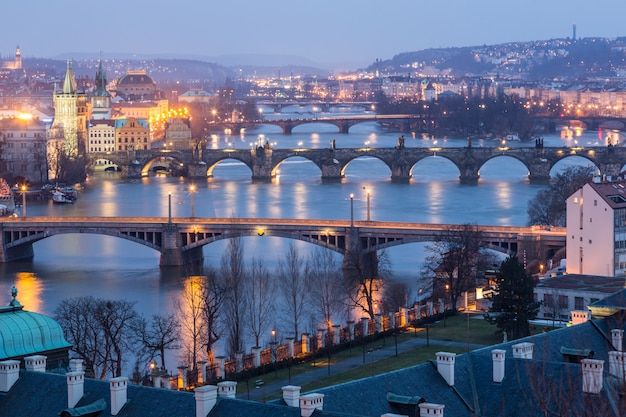 夕暮れのプラハ、ヴルタヴァ川の橋の眺め
