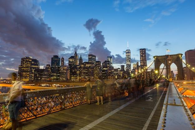 Бруклинский мост в нью-йорке в сумерках