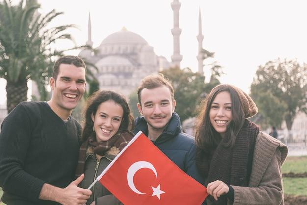 イスタンブールのトルコの友達のグループ