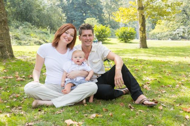 Счастливый семейный портрет в парке