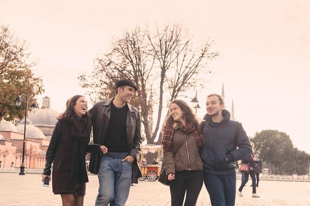 イスタンブール、スルタンアフメット広場を歩いている友人のグループ