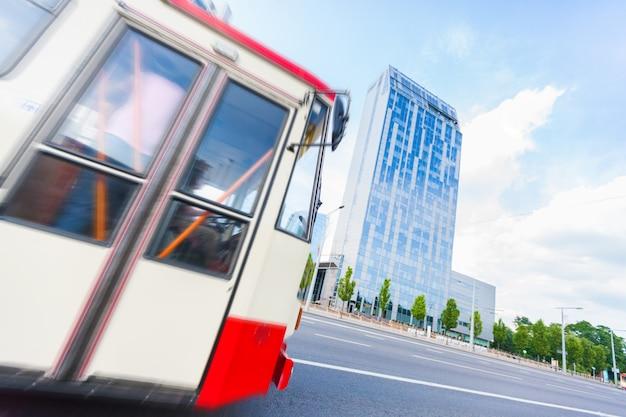 ビリニュスのバスと高層ビル