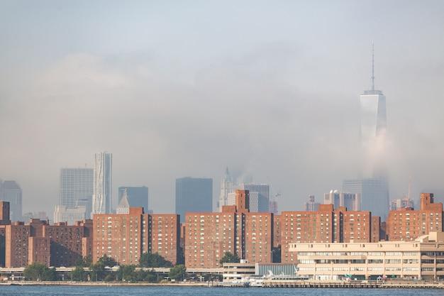 Здания в нью-йорке с небоскребами, скрытыми туманом