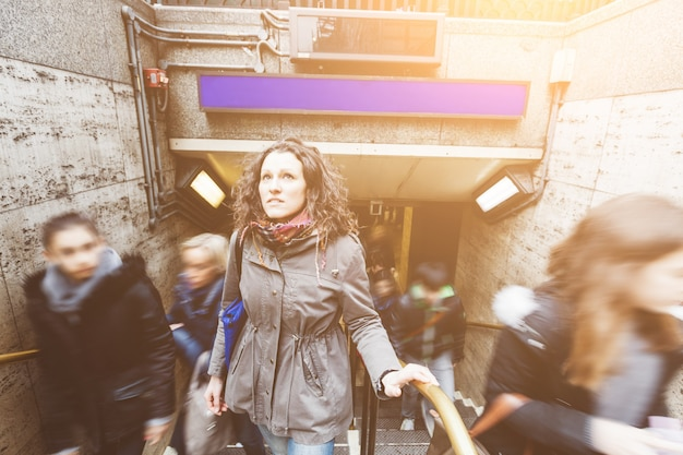 Молодая женщина на выходе из трубки в лондоне