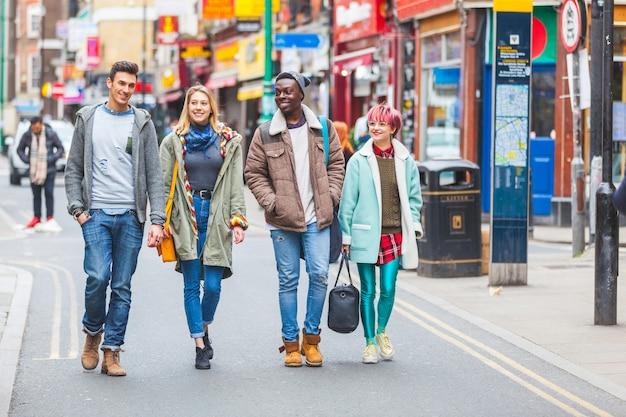 ロンドンを歩く若い友人のグループ