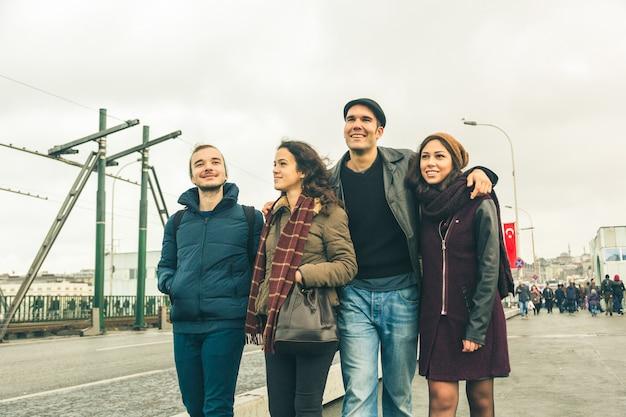 イスタンブールを歩くトルコ人の友人のグループ
