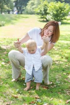 Счастливая мать и сын в парке