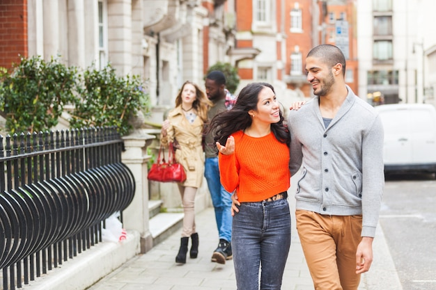 ロンドンを歩く友人の多民族グループ
