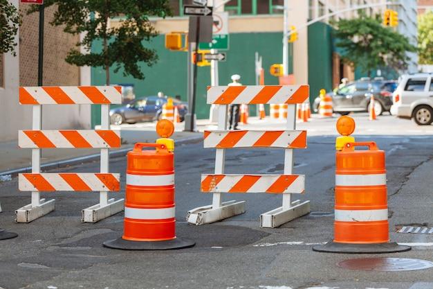道路上の道路工事の標識