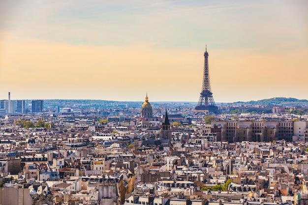 エッフェル塔とパリの空撮