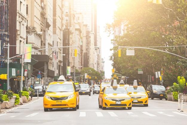 ニューヨーク市の典型的な黄色いタクシー