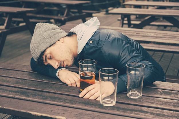 ロンドンのパブで眠っている酔って若い男
