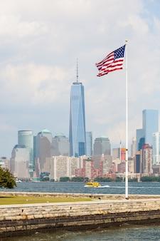 ニューヨークの高層ビルとアメリカ合衆国の国旗