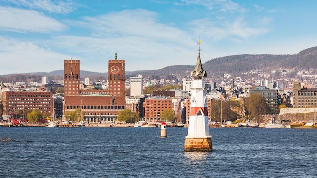 晴れた日に、ノルウェーのオスロ市庁舎。