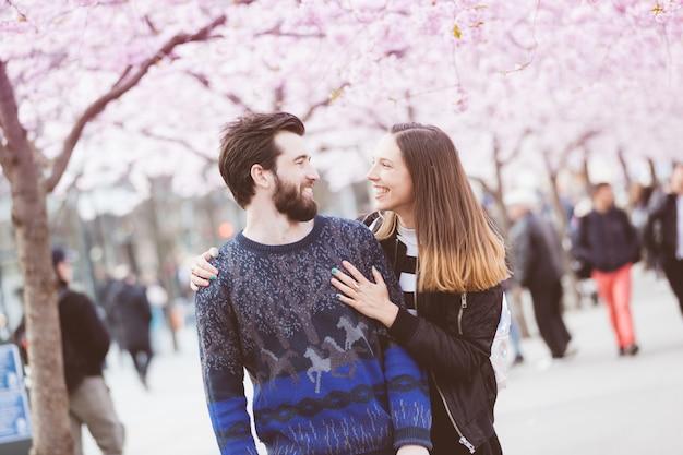 ストックホルムの桜の花と幸せな流行に敏感なカップル