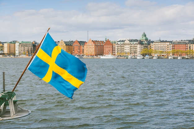 Шведский флаг на задней части лодки в стокгольме