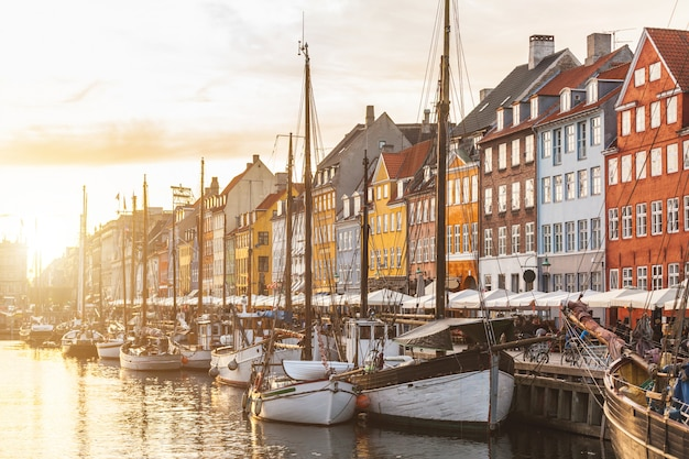 日没時のコペンハーゲン旧市街のカラフルな家