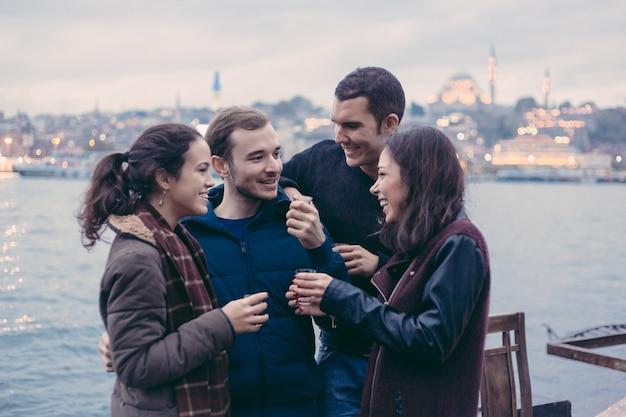 ケイ、伝統的なお茶を飲むトルコ人の友人のグループ