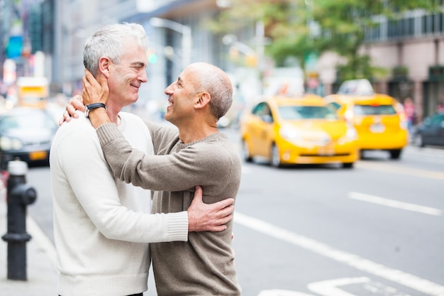 ニューヨークのトラフィックと同性愛者のカップル