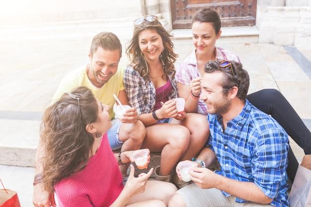 Группа туристов едят слякоть в италии