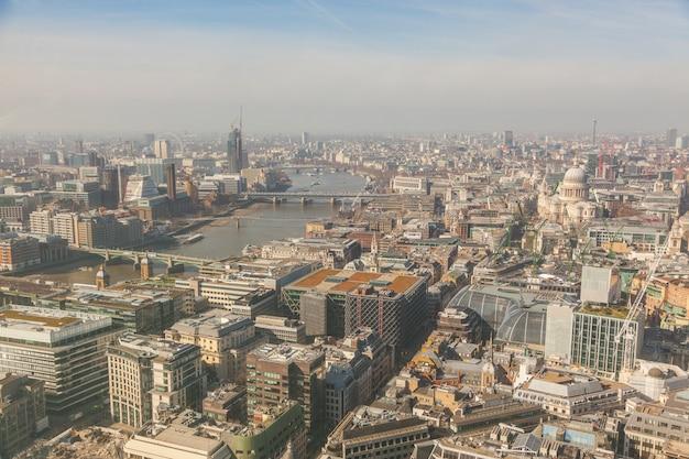 テムズ川とセントポール大聖堂とロンドンの空撮