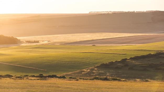 日没時のイギリスの田舎のパノラマビュー