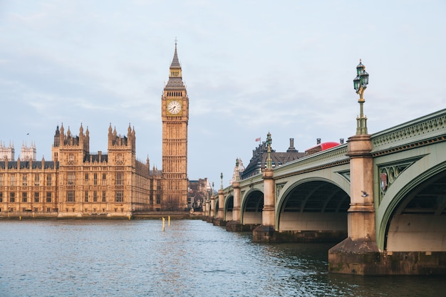 ロンドンの早朝にビッグベンと国会議事堂の建物