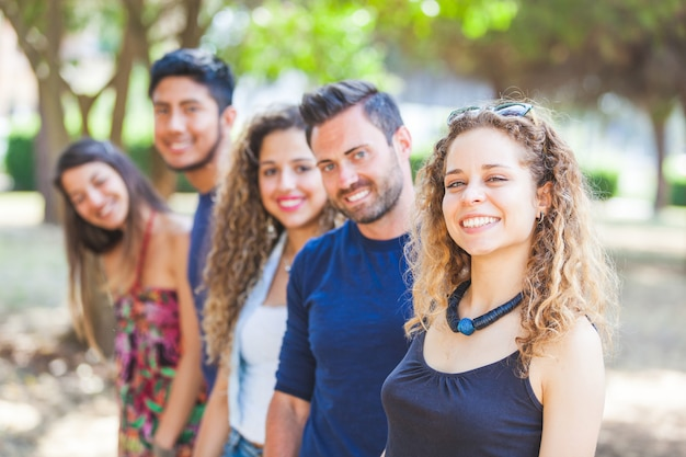 Многокультурная группа друзей в парке