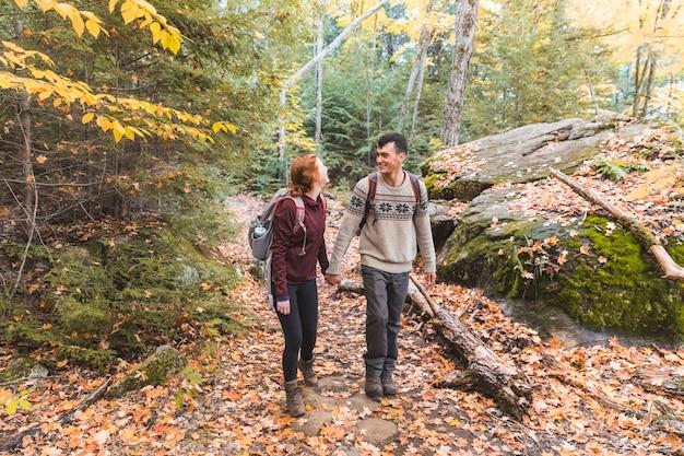 カナダの森でのハイキングをカップルします。
